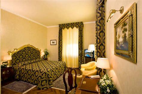 specchi ingranditori illuminati hotel pesaro con camere e suite di lusso con vasca