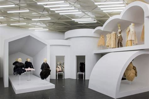 design art exhibition rei kawakubo comme des gar 231 ons art of the in between