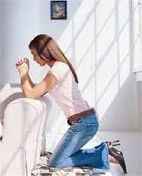 imagenes de mujeres orando de rodillas el poder de la palabra confianza en la oracion