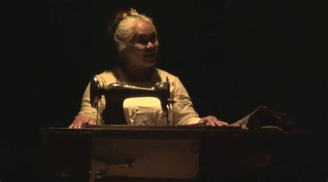 Blok Putu Wijaya ketakutan yang membunuh dan teror di ujung usia dari pentas 2 monolog di sanggar tari warini