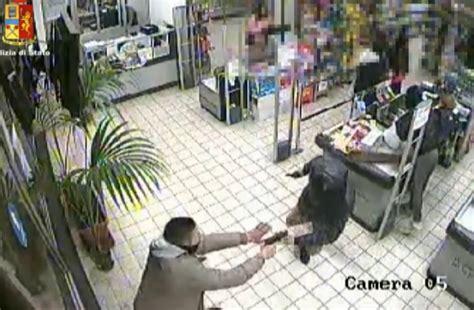 con rapine in rapina con pistola in supermarket due banditi bloccati dai