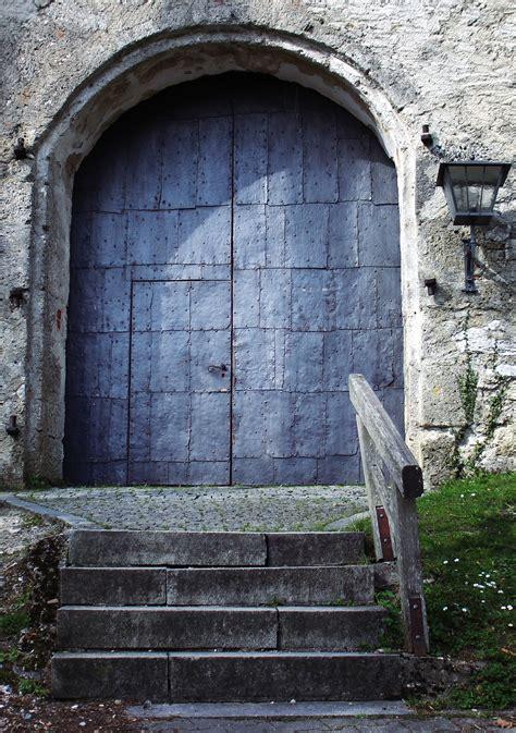 Tempat Dupa Dinding Besar Logam gambar batu arsitektur rumah jendela bangunan dinding mistik lengkungan logam kastil