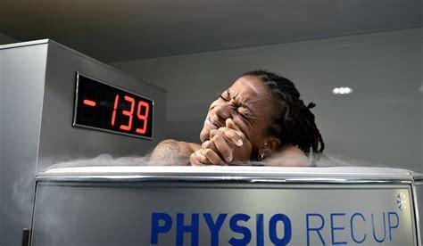 foto di donne fanno la doccia crioterapia dimagrire con una doccia gelata vanityfair it