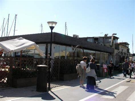 ristoranti ostia porto tavoli in sala foto di la taverna porto lido di