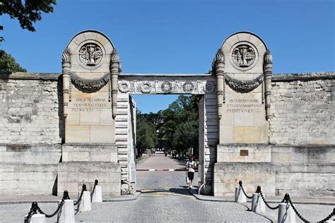 pere la chaise p 232 re lachaise cemetery main entrance paris france