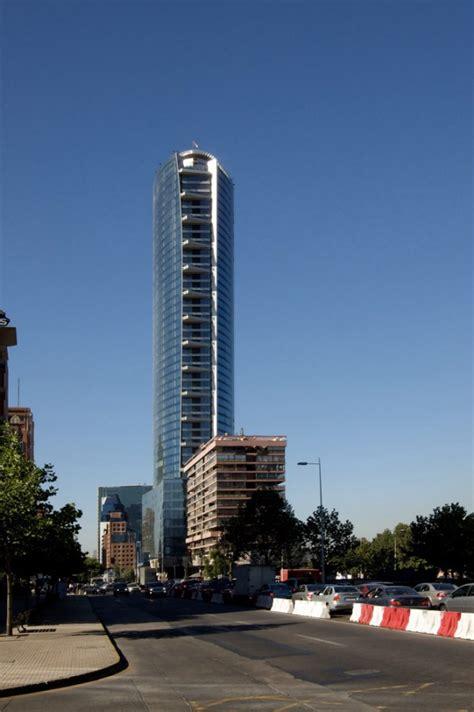 oscilacion de un edificio arquitectura reciente torre titanium senarq santiago
