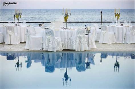 tavoli apparecchiati tavoli apparecchiati a bordo piscina per il ricevimento di