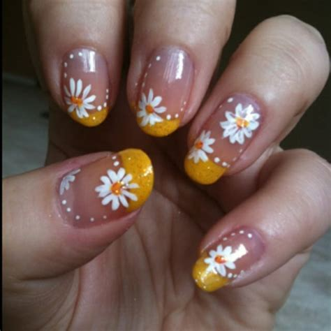 daisy pattern nails daisy nails hands up pinterest daisy nails spring