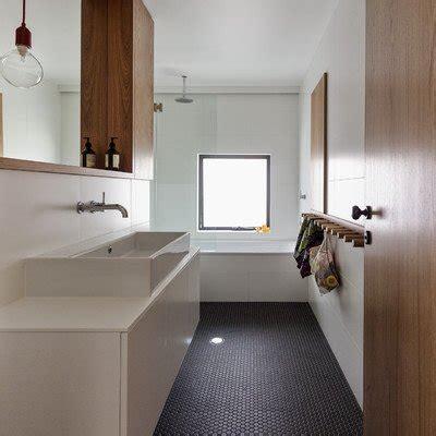 bagno piccolo e stretto ottimizzare bagno piccolo e stretto mobili e colori sono