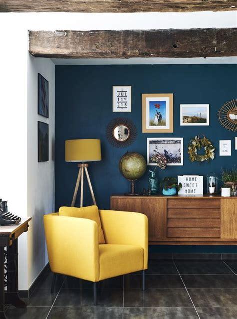 ideen fürs schlafzimmer senfgelb und blau poltrona amarela numa parede em azul escuro a minha casa
