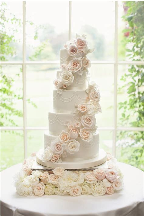 Wedding Cake Flowers Uk by 25 Best Ideas About Wedding Cakes On