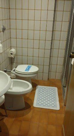 piastrelle anni 60 bagno piccolo angusto e con doccia minuscola piastrelle