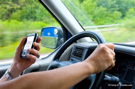 Telefonieren Mit Headset Im Auto by Ratgeber Handy Am Steuer Telefonieren Im Auto