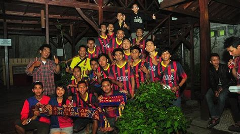 barcelona fc wikipedia indonesia indonesian fans celebrate the fc barcelona v celtic match