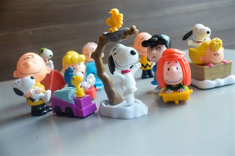 Happy Meal Snoopy Peanut Periode I look snoopy brown peanuts characters are