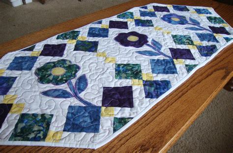 free pattern quilted table runner spring flowers table runner pattern quilt addicts anonymous