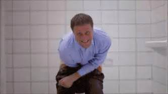 me myself and irene bathroom diarrea gifs find on giphy
