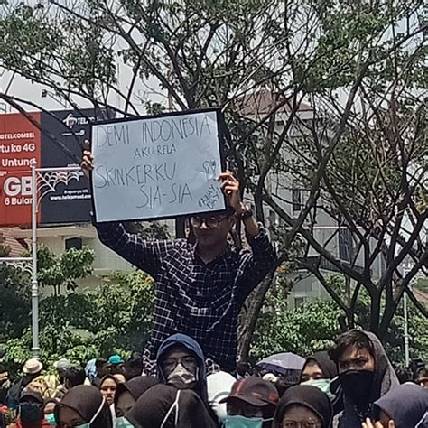 walau ramai demo rkuhp indonesia tetap glowing female