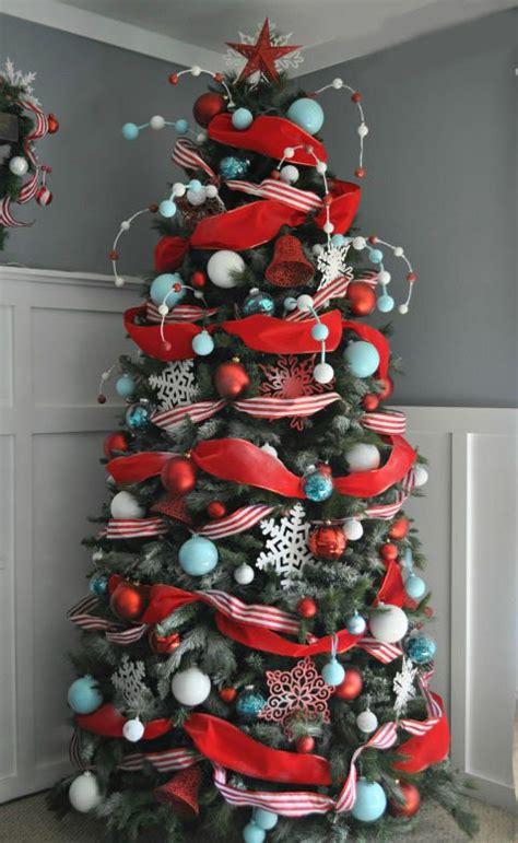 c 243 mo decorar el sal 243 n con un 225 rbol de navidad rojo