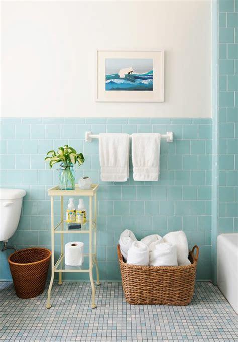farbgestaltung badezimmer grau moderne badfliesen in blauer farbe quadratisch an der wand