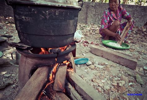Nan Kayu Bambu Kotak Sedang melihat tradisi masyarakat klaten yang masih memasak