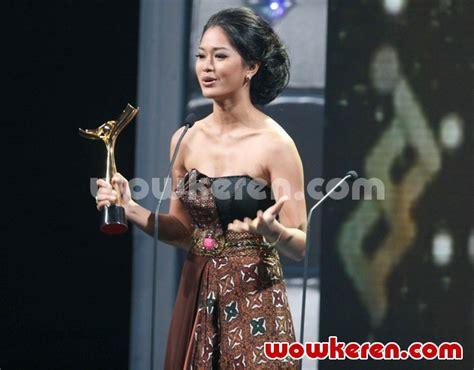 foto anugrah piala citra ffi 2011 foto 10 dari 23 foto prisia nasution dengan piala citra aktris terbaik di
