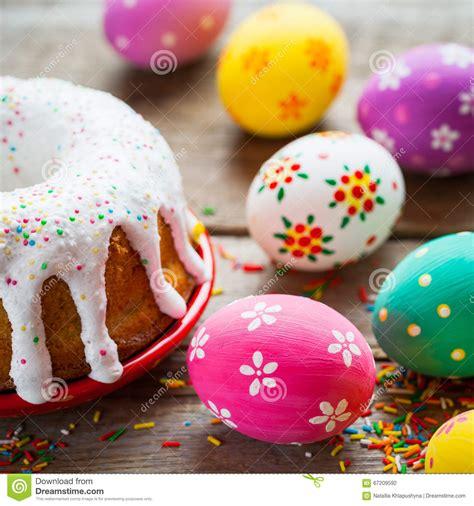 cucina pasqua dolce di pasqua ed uova variopinte sul tavolo da cucina