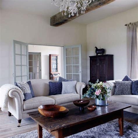 sofa gestalten gemutliches wohnzimmer gestalten sofa alter holztisch