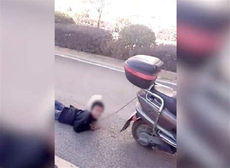 ser travieso arrastra de una moto a su hijo como castigo por ser travieso