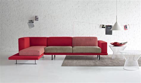 divano colore pareti pareti gialle con divano rosso divano rosso parete grigia