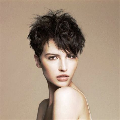 hair cut with a defined point in the back woman short hair cut with a defined point in the back