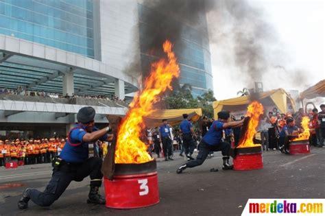 Satuan Alat Pemadam Kebakaran foto aksi petugas pemadam kebakaran berlomba menjinakkan api merdeka