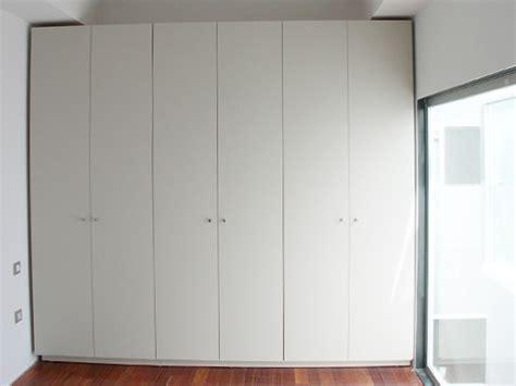 foto frente de armario abatible lacado en blanco de puertas  armarios motabi  habitissimo