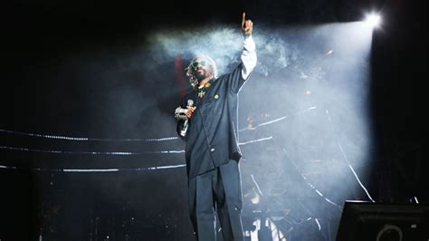 tupac at coachella rapper comes alive via hologram to coachella 2012 snoop dogg resurrects tupac shakur via