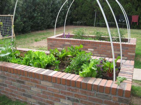 Garten Gestalten Mit Ziegelsteinen by Brick Raised Bed Vegetable Garden Garden