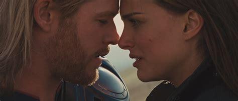 film thor kiss thor and jane thor 2011 thor and jane image 26482382