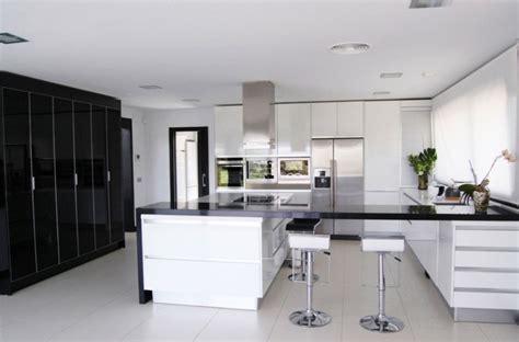 cuisine t駑駻aire cuisine noir et blanc une d 233 co 233 l 233 gante et intemporelle
