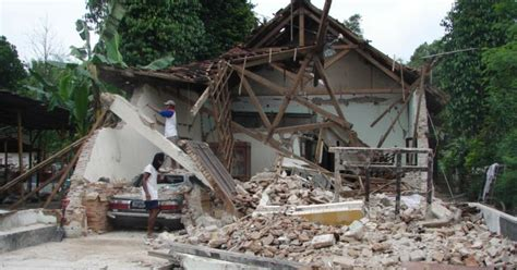 earthquake bengkulu rengkuhan hangat gempa berkekuatan 8 5 8 9 sr mengguncang