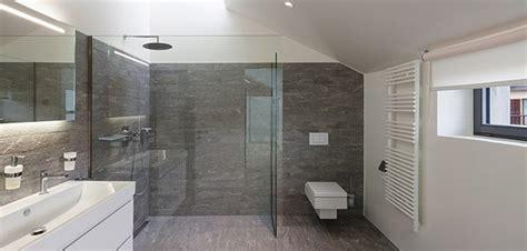 badewanne abdecken kleine b 228 der gestalten kleine badezimmer optisch vergr 246 223 ern