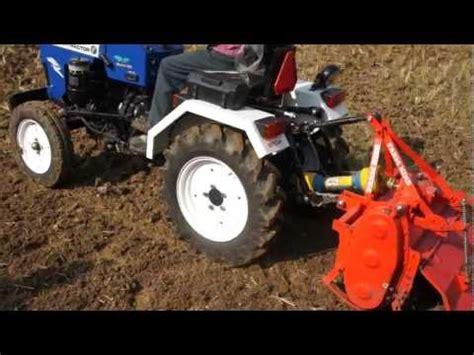 VIDEO: Rotoculteur sur petite machinerie pour remanier le sol et déchiqueter les gazon existant