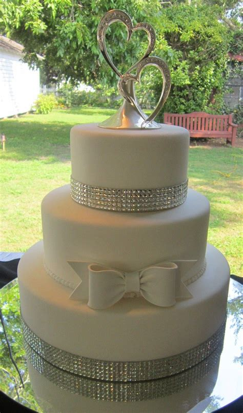 bling wedding cake by www americandreamcakes white bow wedding cakes by quot adc