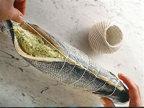 cucinare pesce al forno preparare il pesce farcito al forno sale pepe