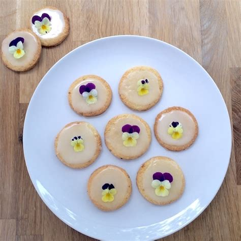 fiori commestibili ricette biscotti glassati al limone con fiori commestibili pattini