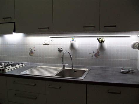 le cuisine led bandeau lumineux cuisine obasinc com