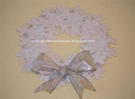 coronas navideas de fieltro corona navide 241 a de copos de nieve realizada con fieltro y