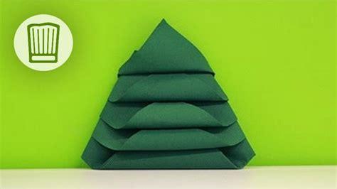 servietten falten der tannenbaum tischdeko zu