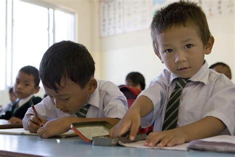 sui banchi di scuola bambino di scuola elementare nepal
