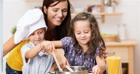 madre con su hijo en la cocina men 250 del d 237 a de la madre cocina para tus hijos bekia padres