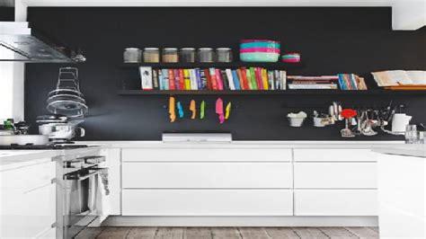 deco mur de cuisine peinture un mur noir dans une cuisine blanche c est tendance