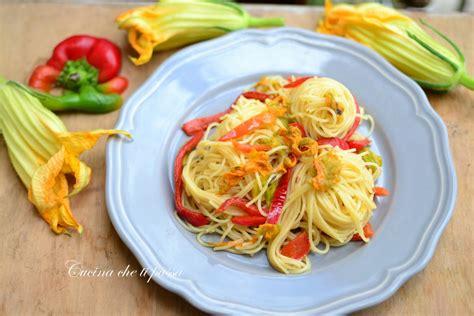 pasta con i fiori di zucchina spaghetti con fiori di zucchina e peperoni cucina ti
